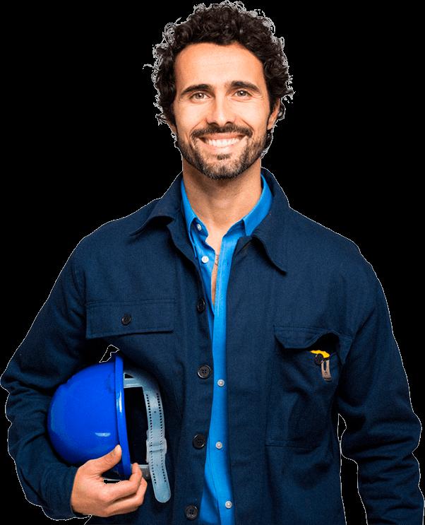 Homem de cabelos morenos encaracolados com vestes de segurança e capacete em mãos olhando para o usuário e sorrindo